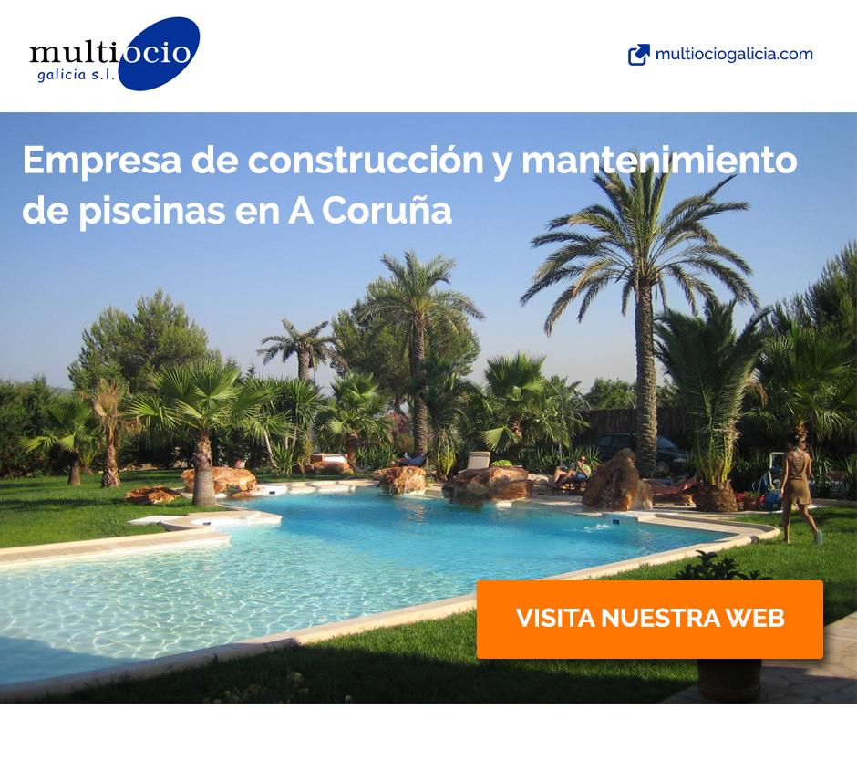 piscina con palmeras construida a medida y con mantenimiento integral